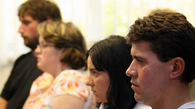 Libor Broža a Jaroslava Trojanová (v popředí) a manželé Čermákovi (v pozadí) u soudu, který potvrdil, že holčičky byly v třebíčské porodnici opravdu zaměněny.