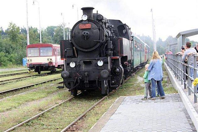 Desítky lidí v sobotu odpoledne čekaly na telčském nádraží na příjezd parního vláčku ze Slavonic.