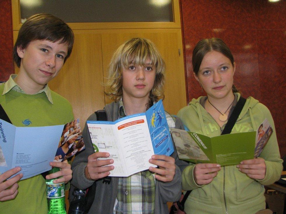 Daniel Tomek (vlevo)z chotěbořské základní školy Smetanova si na jihlavském veletrhu ujasnil, že by chtěl studovat v cizině žurnalistiku.