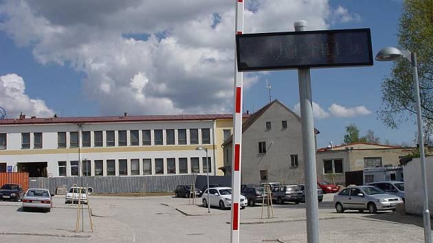 Kvůli nekvalitnímu tisku parkovacích lístků byla několik dní mimo provoz závora ve Svatoanenské ulici v Telči.iv