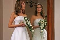Nevěsty se velice rády fotí před zrcadlem. Kromě hradu Kámen na Pelhřimovsku (na snímku) je velice oblíbená zrcadlová kulisa na Roštejně.