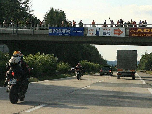 Mosty nad dálnicí využívají lidé často i ke sledování provozu. Nejvyšší počty zvědavců lákají na sklonku prázdnin motocykly diváků brněnské velké ceny.