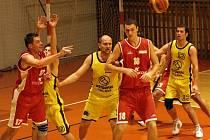 Basketbalisté BK Jihlava (ve žlutém) chtějí po úspěšném semifinálovém tažení zvládnout i vrchol sezony – finálovou sérii s Teslou Brno.