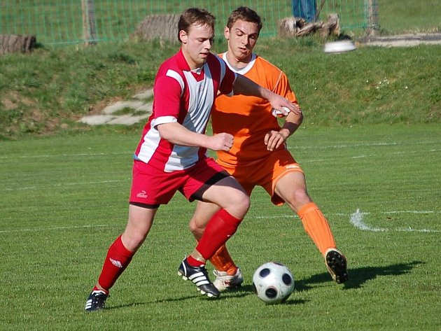 Fotbalisté Bedřichova (v červeném) po výhře 1:0 v Horní Cerekvi chtějí porazit i Budíkov.