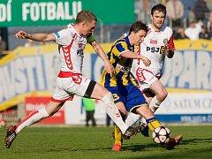 Jihlavští fotbalisté (zleva v bílých dresech Karol Karlík a Jiří Gába) mají v dnešním druholigovém zápase s Vítkovicemi jediný cíl – potvrdit tři body, které v minulém kole získali v Opavě.
