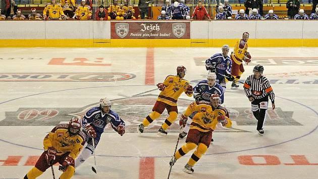 Hokejový obránce David Musil (vlevo ve žlutém) byl o víkendu draftován do NHL jako nejvýše postavený Čech na 31. pozici. Beka, jenž v sezoně 2008/09 nastupoval za A tým jihlavské Dukly, získal do svých řad Edmonton.