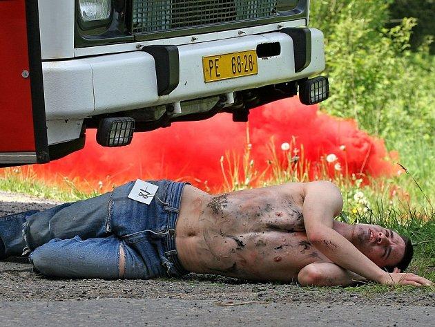 Taktické cvičení integrovaných záchranných složek při simulované havárii autobusu.