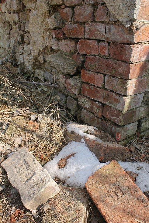 V  Jamném byla kdysi cihelna, ze které byl materiál na řadu staveb v obci i okolí.