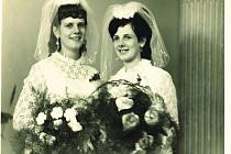 Sestry Marie a Drahomíra (vpravo), které se vdávaly spolu před padesáti lety na radnici v Telči.