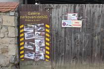 Galerie parkování debilů pomohla, aby měl Petr Kubíček volný vjezd.