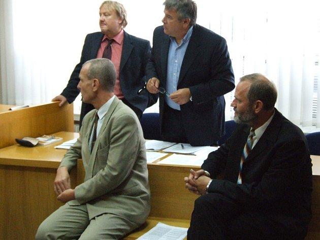 Aleši Marečkovi (na fotografii sedí vlevo) se zdál původní podmínečný trest přísný, proto se odvolal. Krajský soud ho ale poslal do vězení. Oldřich Eliška (sedící vpravo) nyní žije a pracuje v Anglii.