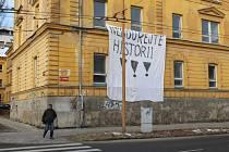 Proti přestavbě bývalých Štefánikových kasáren v Jihlavě na rohu Štefánikova náměstí a Vrchlického ulice se v roce 2015 objevil nápis od anonymních aktivistů, kteří nesouhlasili s přestavbou kasáren na byty.