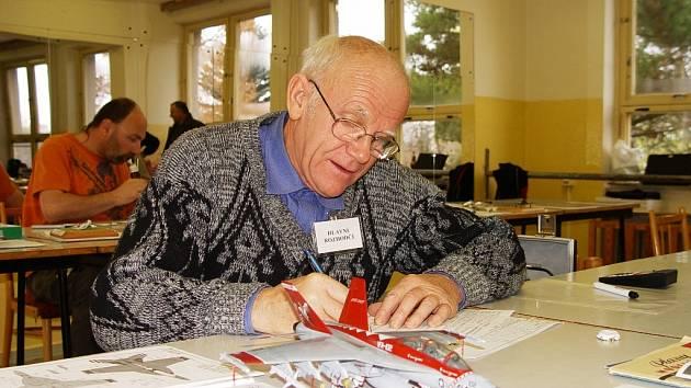 Hlavní rozhodčí soutěže plastikových modelářů Jiří Zelený