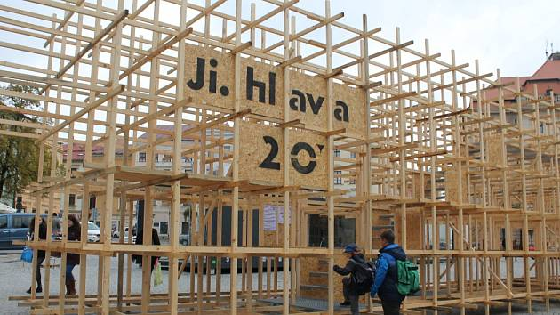 Dřevěné regály. Všechna festivalová místa ve městě letos návštěvníci najdou díky dřevěným regálům.