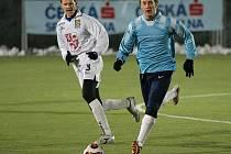 Zatímco všichni hráči základního kádru dostali v zápase proti Mikulovu volno, kapitán Michal Kadlec (vlevo) nominován byl. Zahrál si totiž po dlouhé pauze, kterou způsobila rekonvalescence po artroskopii kolene. Na hřišti však pobyl pouze první poločas.