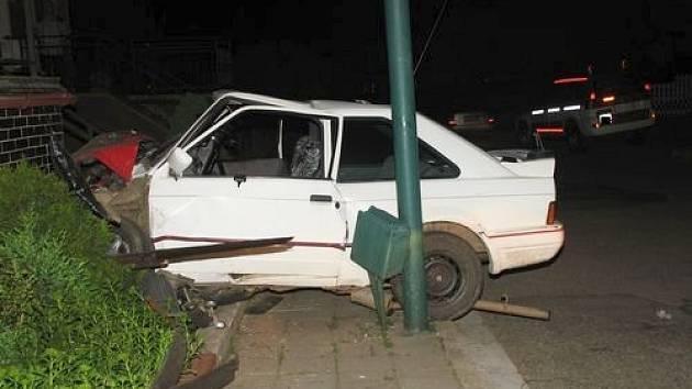 Nehoda osobního automobilu v ulici Okrajová v Jihlavě.
