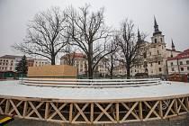 Příprava kluziště na Masarykově náměstí v Jihlavě.