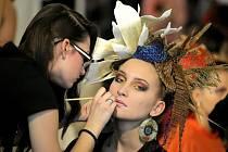 Soutěž Mladý módní tvůrce České republiky se konala v domě kultury v Jihlavě. Ve společenském sále byla k vidění také kosmetická tvorba na téma Cesta kolem světa.