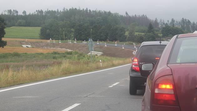 První desítky metrů nového obchvatu byly zprovozněny na začátku srpna, není tam ale ještě finální vrstva asfaltu.
