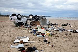 Z obytného auta manželů Švíkových zůstalo po bouři jen torzo a trosky obytné nástavby zůstaly rozesety v písku.