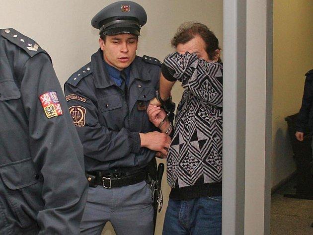 Odsouzený Miroslav Mátl stráví příštích deset let za mřížemi. Při odchodu ze soudní síně zápasil s justiční stráží, když si schovával tvář.