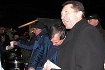 Představitelé magistrátu rozdávali lidem v sobotu svařené víno a horký čaj. Vpravo primátor Jaroslav Vymazal, vedle náměstci.