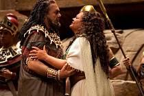 Většina přenášených oper z Metropolitní opery New York je pro jejich příznivce nejen hudebním zážitkem. Vydařená často bývá i výprava, příkladem může být opera Aida (na snímku).