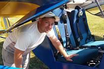 Pilor a výhled. Pilot Vít Křišťan létá s letadlem Filipa Zejdy, které je unikátní tím, že má speciálně upravený automobilový motor pro letecké účely. Jde o nejsilnější motor  v ultralehkém letadle, který v současné době existuje.