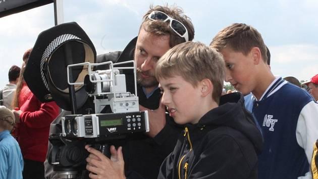 Děti si vyzkoušely změřit rychlost na policejním radaru.