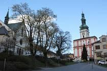 Pouze tudy. Na Husovo náměstí v Polné se nyní řidiči dostanou po Tyršově ulici (na snímku). Průjezd Palackého ulicí na horní část náměstí je do července uzavřen.