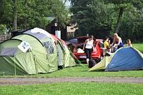 Dovolená na zelené louce. Rekreanti si během letošního léta v kempech vybírali spíše nocování v chatkách. Stanů a karavanů ubylo hlavně v srpnu, kdy se zhoršilo počasí. Ilustrační foto.