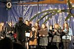 KOLEDY V PODÁNÍ SBORU. Na jihlavském Masarykově náměstí zazní koledy v podání jihlavského sboru základní umělecké školy. Příchozí se mohou ke zpívání kdykoli přidat.