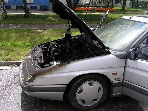 Plameny napáchaly na vozidle značky Citröen škodu ve výši 20 tisíc.