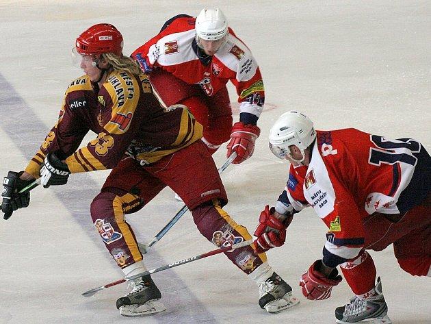 Marně stíhali havlíčkobrodští hokejisté Ladislava Rytnauera (vlevo). Jihlavský útočník v přípravě proti svému bývalému klubu vstřelil úvodní dva góly, a nasměroval tak Duklu k jednoznačnému vítězství.