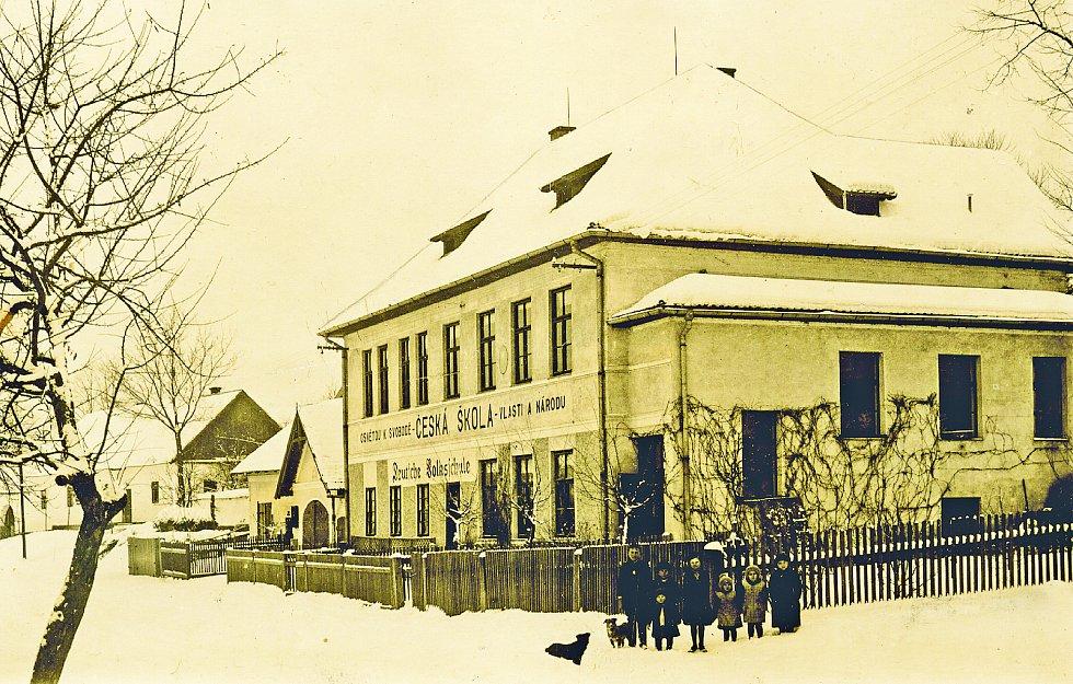 Věžnická škola. V obci byli čeští obyvatelé v menšině, svoji vlastní školu si neprosadili.