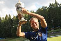 Fotbalisté Jihlavy bohálili loňské prvenství a stali se vítězi Perleťového poháru v Žirovnici. Trofej nad hlavu zvedá Petr Tlustý.