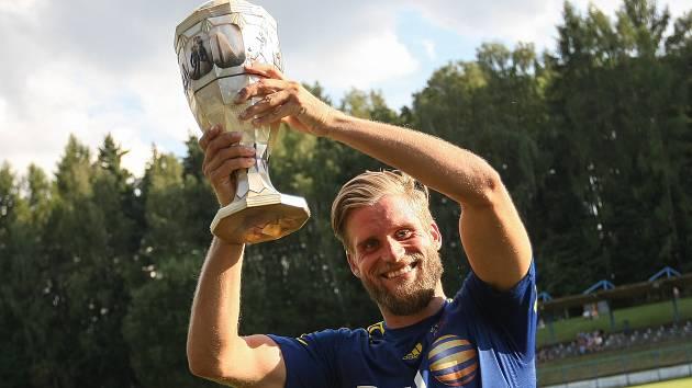 Fotbalisté Jihlavy obhájili loňské prvenství a stali se vítězi Perleťového poháru v Žirovnici. Trofej nad hlavu zvedá Petr Tlustý.