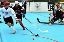 Jihlavští hokejbalisté (v bílém) se vezou na vítězné vlně. V Novém Strašecí opět slavili výhru, už pojedenácté v řadě, a díky tomu jsou také na špici prvoligové tabulky.