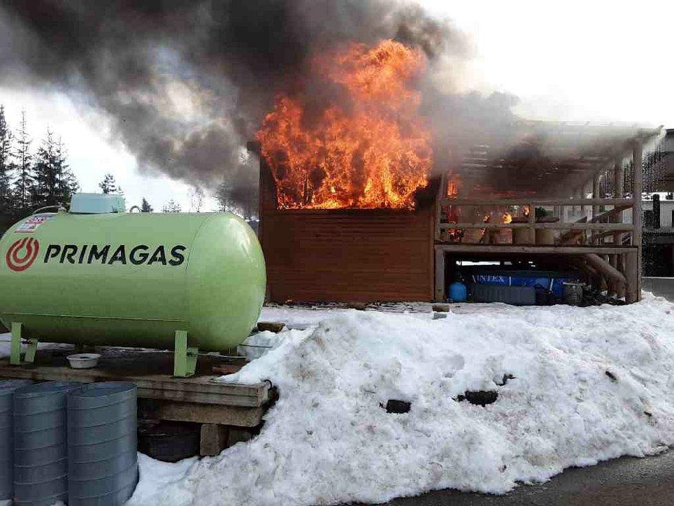 Příbytek na Psinci shořel během pár minut, na vině byla závada na elektrickém vedení.