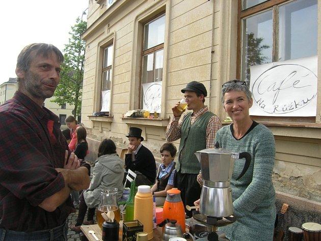 """""""Na Růžku"""" vznikla improvizovaná kavárna, kde Telčští podepisovali petici."""