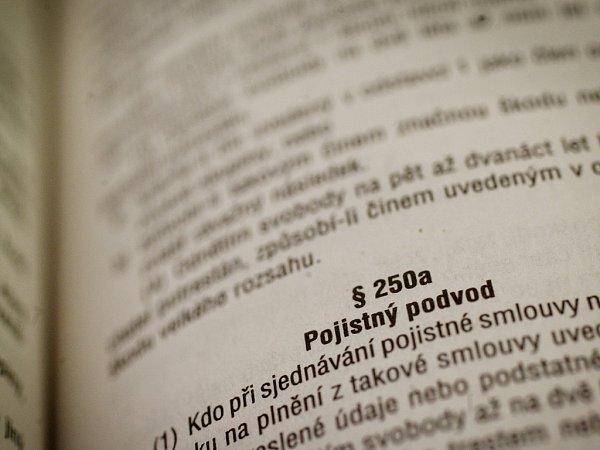 Pojistný podvod je trestný čin, za který soudy vČR každým rokem odsoudí stovky pachatelů. Soud může za spáchání pojistného podvodu udělit maximálně desetiletý trest. Ilustrační foto.