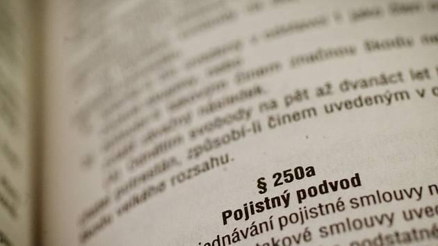 Pojistný podvod je trestný čin, za který soudy v ČR každým rokem odsoudí stovky pachatelů. Soud může za spáchání pojistného podvodu udělit maximálně desetiletý trest. Ilustrační foto.