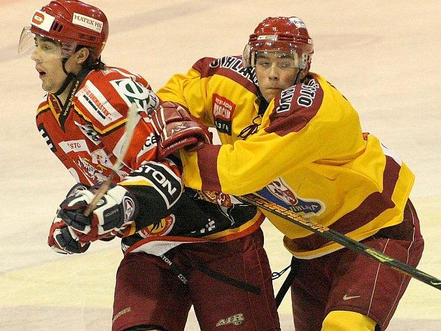 Hokejisté Dukly (ve žlutém) doma porazili Hradec Králové.