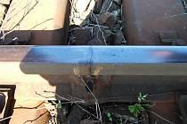 Stav některých svárů na trati Slavonice – Kostelec. Praskliny jsou jasně viditelné. Tato závada měla být podle Drážní inspekce odstraněna v září 2007.