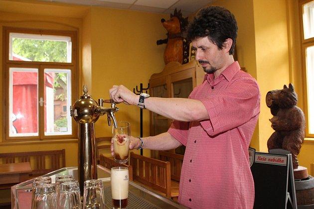 Výrobní ředitel pivovaru Ježek točí Perkmistra.