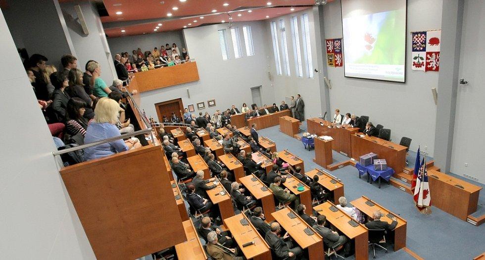 První den návštěvy prezidenta Miloše Zemana v Kraji Vysočina. V dopoledních hodinách přijel prezidentský pár na krajský úřad, kde se kromě jiného přivítal s hejtmanem Jiřím Běhounkem a jeho manželkou. Poté následovalo setkání s členy zastupitelstva