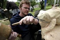 Kusy dřeva studenti proměnili v krásné sochy.