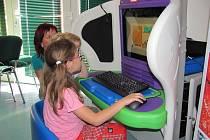 Děti z Mateřské školy a Speciálně pedagogického centra Jihlava se učí na nových počítačích. Speciální softwary umožní i počítačovou výuku dětí s handicapem.