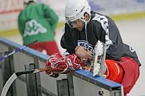 Havlíčkobrodský útočník Petr Jelínek se protahuje před úvodním tréninkem na ledě, který včera večer v Kotlině absolvovalo pětatřicet hokejistů.