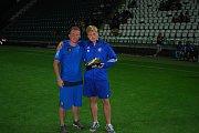 Kanonýr Mirek Malata (vpravo s trenérem Liborem Smejkalem) drží ocenění pro nejlepšího střelce All Stars Cupu.
